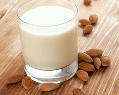 Es gibt fast nichts köstlicheres als selbst gemachte Mandelmilch. Viele Leute kaufen ihre Mandelmilch direkt im Supermarkt, weil sie gar nicht wissen, wie viel besser selbstgemachte Mandelmilch schmeckt und wie leicht diese herzustellen ist. Mandelmilch ist schnell hergestellt und benötigt auch nur einige wenige Zutaten. Alles was ihr braucht ist: ~1 Liter filtriertes Wasser (am