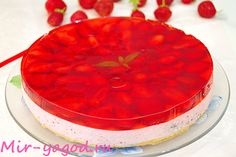 Cookie cake with cottage cheese soufflé and strawberry jelly