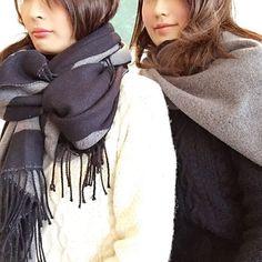 「♡♡♡ #uniqlo #姉妹コーデ ♡ #2wayストール #ローゲージケーブルクルーネックセーター ♡ ♡ 待ち合わせでお互い見合わせる… まさかのリンクコーデ ♡ グルグルリボン巻き風 と スタイ巻き風でアレンジ✨✨ ※ 前回のジョガーコーデ @uniqlo_ginza…」