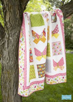Free Quilt Pattern featuring Summer Song 2 by Zoé Pearn for Riley Blake Designs—Subscribe to our newsletter at http://www.rileyblakedesigns.com/newsletter/