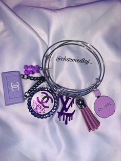 Charm Bracelets For Girls, Bangle Bracelets With Charms, Cute Bracelets, Bangles, Cute Jewelry, Jewelry Crafts, Purple Accessories, Custom Charms, Bracelet Designs