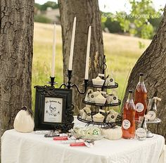 How about an elegant Halloween tabletop? This could even serve as a romantic Halloween dinner, don't ya think?!?