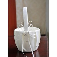 Such a lovely basket for the flower girl <3 Repin if you also like it! Click for extra details.