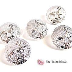 5 boutons  en métal décoré  d'une couronne couleur argenté  clair 17 mm