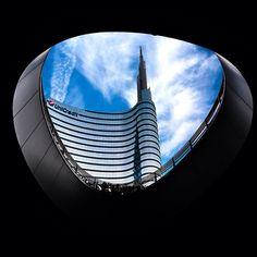 Reinventar la Arquitectura es visitar la Piazza Gae Aulenti de Milano donde edificios como la Unicredit Tower reinventan con un toque moderno el Skyline de la ciudad!! @huawei_es #reinventalafotografia #P9Arquitectura