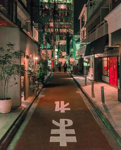 Tokyo at night Japan. . . . #tokyo #travel #japan #viaje #japon #日本 #東京 #旅行 #alley #streets #bars #nightlife #canon #photography #photographer #streetphotography #martinepelde