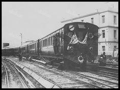 Πρόσφατα κατασκευαθείς ξύλινος συρμός του ΣΑΠ εγκαινιάζεται σημαιοστολισμένος στον σταθμό του Πειραιά το 1923. (Αρχείο ΗΣΑΠ) Old Trains, Old Photos, Greece, The Past, Memories, Explore, History, Country, Vintage