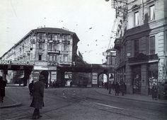 La soggettiva di questa foto è con le spalle a piazzale Francesco Baracca (1888 – 1918) in direzione piazza Piemonte, sebbene il bivio mostri in modo più centrale la via Belfiore, a ricordo d…