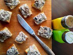 Tartine cu ciuperci.   Mushroom tartine. Canapes, Garlic Press, Bruschetta, Starters, Stuffed Mushrooms, Tasty, Breakfast, Kitchen, Stuff Mushrooms