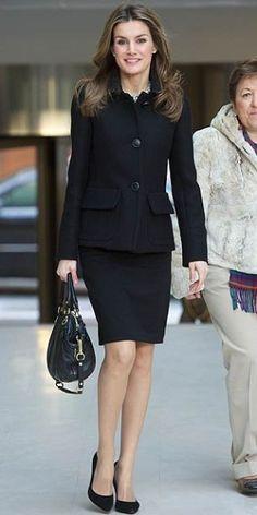 PRINCESA LETIZIA Letizia Ortiz, princesa de Asturias, apostó por un traje de falda y blazer, tacones negros y bolso de cuero para asistir al Forum en contra del cáncer, en Madrid, este lunes.