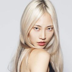 "Soo Joo Park photographed for Into the Gloss. The modeling industry has been featuring models who are more striking than traditionally ""pretty,"" and what better way for Soo Joo to stand out than to be a platinum blonde Asian girl ; Super Hair, L'oréal Paris, Platinum Blonde, Celebrity Hairstyles, Korean Hairstyles, Spring Hairstyles, Korean Beauty, Asian Beauty, New Hair"