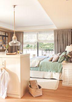 Dormitorio amplio con vestidor separado por una cajonera