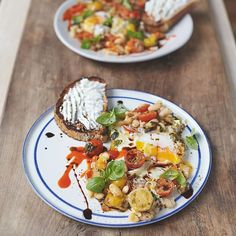 #recipeoftheday special popped beans with golden running eggs and warm sweet juicy tomatoes. The mighty cannellini beans in this recipe are a great source of protein, high in fibre, and contain vitamin C as well as magnesium, a mineral that helps our muscles to function properly! Makes for a proper winning breakfast. Hit the link in my profile for the recipe guys and get watching tonight for the recipe on #JamiesSuperFood C4 at 8pm for Jamie x