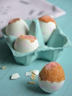 Une recette que les enfants vont adorer faire & déguster : des gâteaux dans des coquilles d'œufs ! Pour se régaler, il faut craquer les œufs surprise.