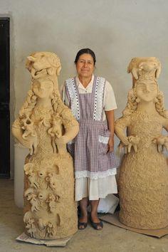 Master ceramic artist Irma García Blanco stands between two of her amazing creations in clay Santa María Atzompa Oaxaca México Ceramic Figures, Clay Figures, Ceramic Artists, Mexican Ceramics, 17th Century Art, Medical Design, Mexican Folk Art, Mexican Crafts, Naive Art