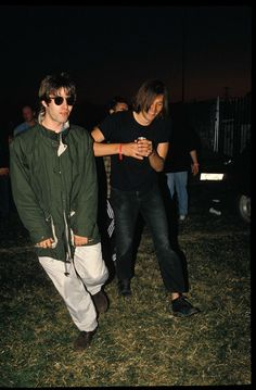 21 Glorious Things That Happened At Glastonbury Britpop was at its peak, and the whole gang were there. Including a wasted Liam Gallagher. Gene Gallagher, Lennon Gallagher, Liam Gallagher Oasis, Liam Oasis, Oasis Band, You Make Me Laugh, My Big Love, Charming Man, Britpop