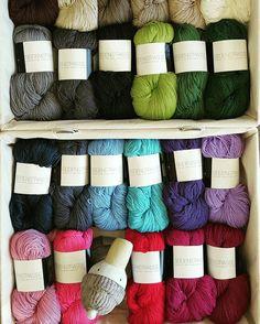 Hinnerk freut sich riesig: Endlich sind alle Farben der Seidenstraße (100g/400m; 65% Merino extrafine/35%Seide) bei ihm eingetroffen. Ein tolles Garn für das ganze Jahr. #wolleundso #wolle #antjes wolle#atelierzitron#zitron#stricken#häkeln#knit#schaf#wool