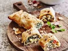 An easy and quick recipe for a delicious chard strudel with sheep's cheese: learn how to prepare a tasty strudel with a twist, perfect for brunch. Strudel, Quick Recipes, Healthy Recipes, Healthy Meals, Sheep Cheese, Pizza, Eat Smarter, Spanakopita, Kid Friendly Meals