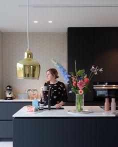 """Jessica & Fleur on Instagram: """"Met een bos waar je U tegen zegt - in de spiksplinternieuwe keuken, helemaal gesetteld in het nieuwe huis - vol vertrouwen 2019 tegemoet.…"""""""