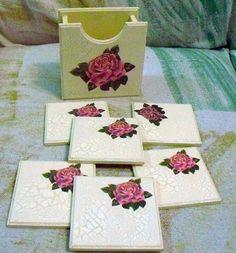 """Porta copos """"Rosas"""" Jogo com 1 organizador e 6 porta copos em madeira mdf. A caixa e bolachas com découpage e acabamento em craquelê. http://vitrine.elo7.com.br/soularte/albuns/230713/produtos/2823415"""