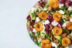 Salat mit gerösteten Pfirsichen, körnigem Frischkäse und Zitronen-Vinaigrette