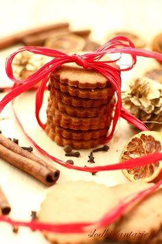 Pyszne kruche ciasteczka korzenne. Chrupiące, ale rozpływające sie w ustach, o zdecydowanym aromacie i smaku korzennym. Xmas Cookies, Cupcake Cookies, Cupcakes, Food Inspiration, Waffles, Biscuits, Raspberry, Spices, Baking