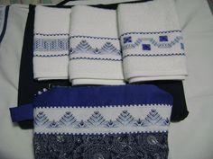 Acá muestro el juego completo de las 3 toallitas faciales bordadas en yugoslavo junto con su bolso cosmetiquero. Todo en tono azul.