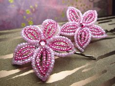 Fuchsia Bobby Pins or U-Pins French Beaded Flower byTwo french beaded flower hair bobby pins in: Relaxing sky blue with clear crystal borders and aquarmarine crystal center. Like the reflections of the Seed Bead Flowers, French Beaded Flowers, Beaded Flowers Patterns, Beading Patterns, Art Patterns, Diy Schmuck, Beaded Ornaments, Beaded Brooch, Beading Tutorials