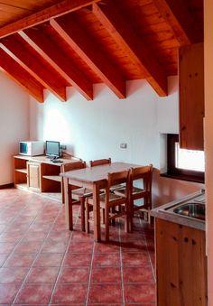 Tavolo soggiorno e dettaglio tetto in stile