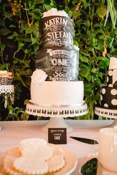 Torte in Tafeloptik zur Hochzeit in den Farben Schwarz / Weiß. Die Hochzeitstorte war für die Rockabilly und Vintage Hochzeit von Katrin & Stefan. Foto: http://www.frauvau.photography/