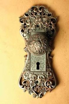 "I would love to a door knob that plays ""la vie en rose. 'This door knob music box is unusual but very beautiful. If you turn the door knob it plays ""La Vie En Rose"". Door Knobs And Knockers, Knobs And Handles, Door Handles, Door Pulls, Vintage Door Knobs, Antique Door Knobs, Vintage Doors, Antique Brass, Old Doors"