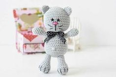 Minik amigurumi oyuncaklar yapmaya devam ediyoruz. Bu kez de amigurumi meraklı kedi oyuncak yapımı hakkında bilgiler vereceğim.