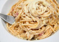 Carbonara spagetti recept foto Spagetti Carbonara, Carbonara Recept, Classic Egg Salad Recipe, Spagetti Recipe, Main Dishes, Spaghetti, Food Porn, Food And Drink, Cooking