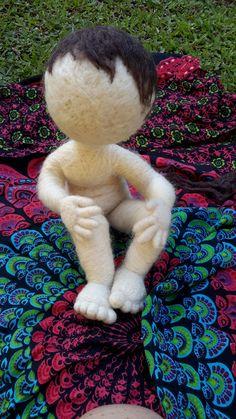 Needle felting. Wool doll. Boneca de lã de ovelha penteada, técnicas feltragem agulhada e molhada.