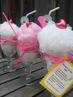 Asequible centro de mesa y recordatorio hecho con espumas para baño, con forma de helados para baby shower. #RecirdatorioBabyShower