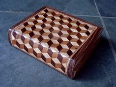 Débora Salzgeber DEDAPRAIA Wood Projects, Woodworking Projects, Inlay Wood, Tumbling Blocks, Antique French Furniture, Parquetry, Diy Box, Made Of Wood, Wood Boxes