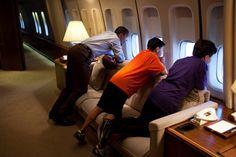 El presidente Obama y dos chicos miran por la ventana de la aeronave (La Casa Blanca)