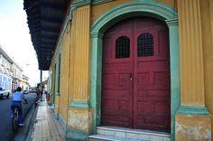 Las puertas, todo un mosaico de colores, representan el estatus social de los que habitan esas casas.