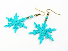 Snowflake earrings, wintry, crochet. Precisely made, starched. Festive. A little playfulness for the cold days..  I can make them in several different colours, as well If you have any questions, please contact me. It can be ordered with clips also. This earrings is made of: -cotton yarn -copper setting and ear hooks -starched  Color: Turquoise  Size: width 3.5cm / 1.38inch; height 6.5cm / 2.56inch  You can pay simple and easily with paypal. Carefully packed (small box in a Bubble…
