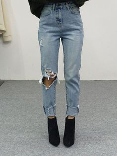 Are you in search for perfect boyfriend/mom ripped denim jeans? Luckily, I have 8 the perfect pair that can be styled in so many ways. These high waisted jeans are ideal soulution for everyday casual fashion and looks. Simple yet very effective. Mode Outfits, Jean Outfits, Trendy Outfits, Summer Outfits, School Outfits, Fall Outfits, Look Fashion, Womens Fashion, Fashion Trends