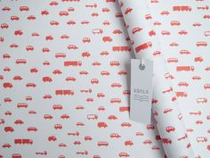 Sněhobílý papír a na něm nekonečné množství červených autíček. S tímto papírem uděláte radost každému malému závodníkovi. Z dílny Voala.  Dostupný ihned.