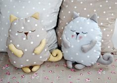 Cojines con forma de gato. Sleeping cat pillows
