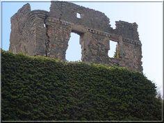 Les hommes ont oublié le beau château de Coustaussa, qui se fissure de tristesse.... Pourtant, s'ils prenaient un peu de temps pour l'écouter, il leur narrerait ses heures de gloire, sa lutte contre l'armée royale de Simon de Montfort, ses aménagements de luxe à partir du 16ème siècle... Quelle vie !