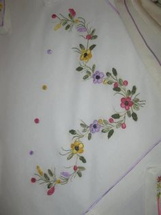 Anita Gava's 396 media statistics and analytics Embroidery Store, Hand Embroidery Projects, Hand Embroidery Flowers, Applique Embroidery Designs, Free Machine Embroidery Designs, Hand Embroidery Stitches, Silk Ribbon Embroidery, Crewel Embroidery, Hand Stitching