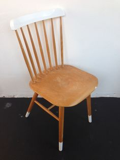 Do it yourself: stoel deels verven Kitchen Chair Redo, Kitchen Chairs, Dining Room Chairs, Diy Home Decor Easy, Mid Century Modern Living Room, Chaise Vintage, Chair Makeover, Painted Chairs, Take A Seat