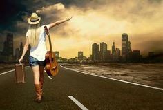 Фото с блондинкой со спины на дороге с гитарой #картинки #фото #девушка #чемодан #дорога #трасса #путешествие #автостоп #шляпа