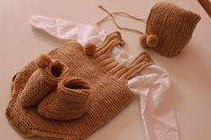 Aprende a tejer este peto de bebé a dos agujas muy fácil de hacer de 0 a 3 meses. Puntos utilizados punto bobo y punto elástico doble. ¡PATRONES GRATIS! PAGI...