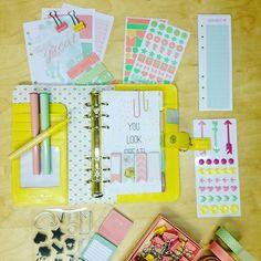 Vibeke Spigseth har designat massor av roliga saker som finns nu i våra butiker. Låt vårkänslan spridas i din planner. #planner #vibekespigseth #kalender #postits #stickynotes #filofax #colorcrush #journal by pandurocrew