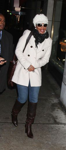Hat Style: Mary J. Blige Mary looks snugly warm in a thick, winter white, cable knit brimmed hat.
