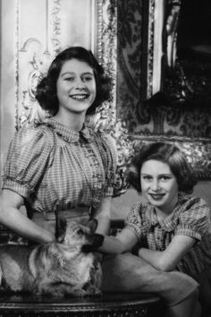 Princesses Elizabeth and Margaret. Love this picture for Princess Elizabeth(Queen Elizabeth II) with Princess Margaret. Her Majesty The Queen, Hm The Queen, Save The Queen, Lady Diana, Princesa Margaret, Prinz Philip, Prinz William, Reine Victoria, Queen Victoria